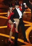 <p>El australiano Hugh Jackman, aquí junto a la cantante Beyonce Knowles, puso su talento como bailarín al servicio de la ceremonia de entrega de los premios Oscar en Hollywood, California. Febrero 22, 2009. REUTERS/Gary Hershorn</p>