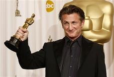 "<p>Sean Penn holds up his Oscar for best actor for his role in ""Milk"" backstage at the 81st Academy Awards in Hollywood, California, February 22, 2009. REUTERS/Mike Blake</p>"