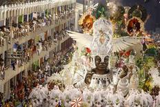 """<p>Los miembros de la escuela de samba Viradouro durante su paso por el Sambódromo durante el carnaval de Río de Janeiro, 24 feb 2009. Arrancando ovaciones del público, las """"Escolas de Samba"""" de Río de Janeiro culminaron el martes su famoso concurso, con un impresionante despliegue de ritmo de baterías, coloridos disfraces y esculturales danzarinas. REUTERS/Fernando Soutello (BRASIL)</p>"""