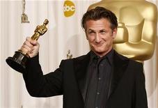 """<p>Sean Penn sostiene su Oscar al mejor actor por el film """"Milk"""" tras bastidores de los premios de la Academia en Hollywood, EEUU, 22 feb 2009. """"Milk"""" perdió la lucha por el Oscar a la mejor película, pero de inmediato los activistas afirmaron que logró un lugar permanente en la guerra cultural estadounidense al dar fuerza a muchos jóvenes homosexuales para hacer oír su voz. REUTERS/Mike Blake</p>"""