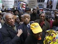 <p>Марш протеста перед штаб-квартирой News Corp. в Нью-Йорке 19 февраля 2009 года. Глава New York Post Руперт Мердок принес письменное извинение во вторник за карикатуру, которую читатели восприняли как расистское изображение президента Барака Обамы в качестве шимпанзе (REUTERS/Brendan McDermid).</p>