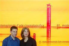 <p>Naomi Klein, a destra, in una foto d'archivio con il regista Avi Lewis alla Mostra del Cinema di Venezia nel 2004. REUTERS/Alessia Pierdomenico</p>