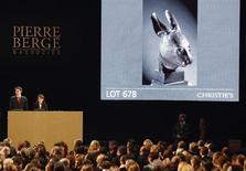 <p>Бронзовый кролик из коллекции дизайнера Ив Сен Лорана на аукционе Christie's в Париже 25 февраля 2009 года. Аукцион по продаже предметов искусства из коллекции французского модельера Ив Сен Лорана завершился в среду в Париже. Организаторы аукциона, который вызвал протесты Китая, выручили более 370 миллионов евро ($470 миллионов). REUTERS/Regis Duvignau</p>