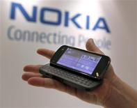 <p>Celular N97 da Nokia é exibido em Nova York. A maior fabricante mundial de celulares, está considerando ingressar no setor de laptops, disse o presidente-executivo da companhia, Olli-Peka Kallasvuo.</p>