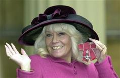 <p>British actress Wendy Richard smiles to photographers after she received her MBE award from Queen Elizabeth II at London's Buckingham Palace November 28, 2000. REUTERS/Pool</p>