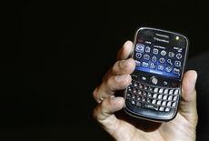 <p>NTT DoCoMo, le premier opérateur mobile japonais a décidé de suspendre la commercialisation du BlackBerry Bold, du canadien Research In Motion (RIM), à la suite d'un problème de surchauffe des combinés lors de la mise en charge de la batterie. /Photo prise le 18 septembre 2008/REUTERS/Punit Paranjpe</p>