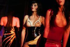 "<p>Modelle sfilano all'annuale mostra tedesca del ""fetish"", a Berlino. REUTERS/Hannibal Hanschke (GERMANY)</p>"