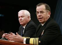 <p>Адмирал Майк Маллен (справа) общается с прессой в Вашингтоне 22 января 2009 года. США полагают, что Иран обладает достаточным количеством ядерного топлива для изготовления атомной бомбы, заявил в воскресенье в телеэфире адмирал Майк Маллен из Объединенного комитета начальников штабов. REUTERS/Jason Reed</p>