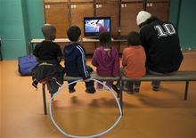 <p>Дети смотрят телевизор в гимназии Сент-Мерри в Париже 29 декабря 2008 года. Мнения родителей и ученых разделились: вредит телевидение, или наоборот, помогает развитию детей. Согласно опубликованным в понедельник результатам исследования американских ученых, телевидение не делает ровным счетом ничего. REUTERS/Philippe Wojazer</p>