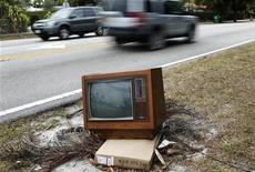 <p>Foto de archivo de una televisón desechada en una calle de Miami, EEUU, 23 feb 2009. El hecho de si ver televisión daña o ayuda el desarrollo de los bebés ha dividido a investigadores y padres, y un estudio dado a conocer el lunes concluyó que no hace ninguna de las dos cosas. REUTERS/Carlos Barria</p>
