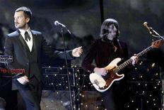 <p>Foto de archivo de la presentación del grupo The Killers durante los premios BRIT en Londres, 14 feb 2007. El grupo estadounidense The Killers y los roqueros británicos de Oasis serán los números principales de este año V Festival de Música de Gran Bretaña, informaron el lunes sus organizadores. REUTERS/Kieran Doherty</p>