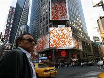 <p>A Thomson Reuters lançará em junho um serviço de notícias em vídeo para profissionais do setor financeiro que usam os terminais da companhia. O lançamento é parte de uma estratégia de 1 bilhão de dólares para atrair uma nova geração de clientes.</p>