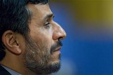 <p>Президент Ирана Махмуд Ахмадинежад выступает в здании Парламента в Тегеране 2 марта 2009 года. США и пять других стран сообщили, что должны провести прямые переговоры с Ираном, чтобы снять остроту противостояния в отношении ядерной программы Тегерана. REUTERS/Morteza Nikoubazl</p>