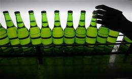 <p>Immagine d'archivio di bottiglie di birra. REUTERS/Nicky Loh (TAIWAN)</p>