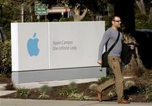 <p>L'insegna di Apple nella sede di Cupertino. REUTERS/Robert Galbraith</p>