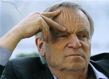 "<p>British author Jeffrey Archer gestures during an interview with Reuters about his new book ""Paths of Glory"" in his apartment in London March 3, 2009. REUTERS/Luke MacGregor</p>"