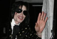 <p>Imagen de archivo de la estrella estadounidense de pop Michael Jackson mientras saluda admiradores en Tokio, 8 mar 2007. La estrella estadounidense del pop Michael Jackson anunciaría el jueves una serie de conciertos para marcar su regreso a la escena musical. REUTERS/Kiyoshi Ota (JAPON)</p>