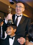 """<p>Diretor Danny Boyle e ator Azharuddin Mohammed Ismail, de """"Quem Quer Ser um Milionário"""", após cerimônia do Oscar em Hollywood. 2/02/2009. REUTERS/Lucas Jackson (EUA)</p>"""