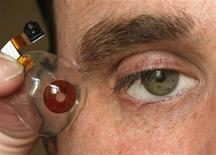 <p>El cineasta canadiense Rob Spence muestra una cámara de ojo en una conferencia en Bruselas, 5 mar 2009. Un director canadiense planea hacerse insertar una cámara en su ojo protésico para filmar documentales y despertar conciencia sobre la vigilancia en la sociedad. REUTERS/Yves Herman</p>