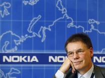 <p>O total pago ao presidente-executivo da Nokia, Olli-Pekka Kallasvuo, caiu 45 por cento no ano passado, por causa de uma redução em seu bônus, informou a companhia nesta quinta-feira.</p>