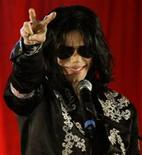 <p>Popstar Michael Jackson faz gestos durante coletiva de imprensa em Londres, nesta quinta-feira. Jackson disse que se apresentará este ano na capital britânica. REUTERS/Stefan Wermuth</p>