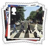 """<p>Foto de archivo de la portada del dsico """"Abbey Road"""" de The Beatles el cual fue emitido como sello postal por el correo británico, 28 dic 2006. - Los seguidores de The Beatles que siempre han querido cantar con John y Paul, o tocar junto a George y Ringo, finalmente lo podrán hacer el 9 de septiembre cuando el videojuego de la banda salga a la venta. FOR EDITORIAL USE ONLY REUTERS/Royal Mail/Handout</p>"""