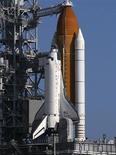 <p>Ônibus espacial Discovery em base de lançamento em Cabo Canaveral, na Flórida, nesta foto de arquivo de 2008. A Nasa liberou nesta sexta-feira o lançamento do ônibus para mais uma etapa da construção da Estação Espacial Internacional. REUTERS/Scott Audette/Files</p>