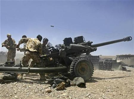 Australian and British troops practice firing artillery guns at the camp Armadillo in Helmand province April 25, 2008. REUTERS/Omar Sobhani