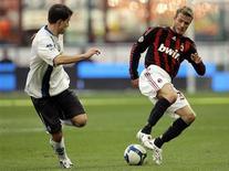 <p>Beckham disputa bola em partida contra o Atalanta. Ele seguirá emprestado para o Milan até o final desta temporada, antes de voltar ao Los Angeles Galaxy, apesar de seu futuro a longo prazo seguir indefinido. REUTERS/Alessandro Garofalo</p>