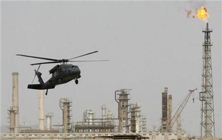 A U.S. helicopter lands at the oil refinery in Baiji, 180 km (112 miles) north of Baghdad February 25, 2009. REUTERS/Sabah al-Bazee