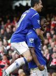 <p>O jogador do Everton Saha comemora com Cahill depois de marcar gol nas quartas-de-finais da FA Cup contra o Middlesbrough, em Liverpool, no dia 8 de março de 2009. REUTERS/Phil Noble (REINO UNIDO)</p>