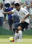 <p>O presidente Luiz Inácio Lula da Silva comemorou na segunda-feira o primeiro gol do atacante Ronaldo com a camisa do Corinthians, marcado de cabeça, aos 48 minutos do segundo tempo contra o Palmeiras. REUTERS/Paulo Whitaker</p>