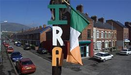 <p>Флаг ИРА прикреплен к одному из телеграфных столбов в западном Белфасте 28 апреля 2000 года. Офицер полиции был застрелен в понедельник вечером в Северной Ирландии, что стало третьим убийством представителя властей в этом регионе за последние дни и возродило среди его населения страхи по поводу возвращения межрелигиозного насилия. REUTERS/Paul McErlane</p>