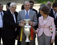 <p>Re Juan Carlos con in mano la coppa degli Europei del 2008 vinti dalla Spagna. Assieme a lui la regina Sofia e l'allenatore della nazionale Luis Aragones. REUTERS/Sergio Perez</p>