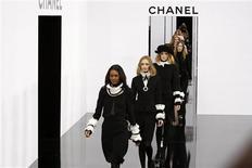 <p>Modelos presentan creaciones del diseñador alemán Karl Lagerfeld como parte de la colección de Chanel en París, 10 mar 2009. Lagerfeld exhibió el martes una interpretación sobre lo práctico con bolsos transparentes y cuellos y puños separables con pliegues, en una colección cargada de accesorios. REUTERS/Jacky Naegelen</p>