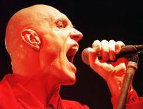 <p>Foto de archivo del vocalista Peter Garrett de la banda australiana de rock Midnight Oil durante un concierto en Melbourne, 13 ago 1998. WB/JO/</p>