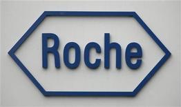 <p>Il logo della casa farmaceutica svizzera Roche. REUTERS/Christian Hartmann</p>