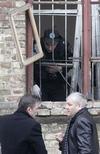<p>Следователи осматривают окно здания санитарно-эпидемиологической станции Киевского центрального железнодорожного вокзала, в которое неизвестный бросил гранату 11 марта 2009 года. Семь человек получили ранения из-за взрыва гранаты, брошенной неизвестным около полудня в окно здания санитарно- эпидемиологической станции Киевского центрального железнодорожного вокзала, сообщил Рейтер представитель Службы безопасности Украины. REUTERS/Konstantin Chernichkin</p>