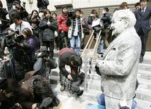 <p>A statue of Colonel Sanders, Kentucky Fried Chicken's mascot, is displayed before the media after it was recovered from the bottom of Dotonbori River in Osaka, western Japan, March 11, 2009. REUTERS/Kyodo</p>