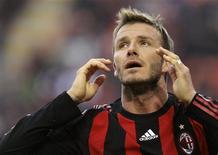 <p>Meia inglês David Beckham, do Milan, reage em jogo do domingo contra o Atalanta. O jogador sofreu lesão no tornezelo na segunda-feira mas deve estar recuperado para jogo do próximo domingo, contra o Siena, pelo Campeonato Italiano. REUTERS/Alessandro Garofalo</p>