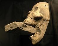 """<p>Investigadores italianos creen haber encontrado los restos de un """"vampiro"""" femenino en Venecia, enterrada con un ladrillo entre sus quijadas para prevenir que se alimentara de las víctimas de una plaga que azotó la ciudad en el siglo XVI. Matteo Borrini, un antropólogo de la Universidad de Florencia, dijo que el descubrimiento en la pequeña isla de Lazzaretto Nuovo, en la laguna de Venecia, respalda las creencias medievales de que vampiros estaban detrás de la propagación de plagas como la peste negra. REUTERS/Handout</p>"""