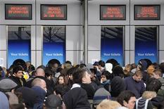 <p>Seguidores esperan para comprar entradas para ver a Michael Jackson fuera del O2 Arena en Londres, 13 mar 2009. Las entradas para una serie de 50 conciertos que la estrella estadounidense del pop Michael Jackson ofrecerá desde el 8 de julio en Londres se agotaron cinco horas después de salir a la venta, dijeron el viernes los organizadores de las presentaciones. REUTERS/Toby Melville</p>
