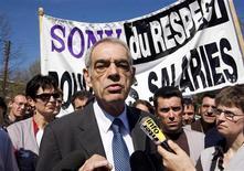 <p>Socialista francês Henri Emmanuelli fala a jornalistas em meio a protesto de trabalhadores de fábrica da Sony em Pontonx-sur-l'Adour, no sudoeste da França</p>