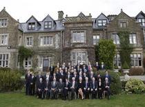 <p>I ministri economici, i governatori delle bance centrali e i direttori delle istituzioni internazionali in una foto di gruppo al vertice del G20 vicino a Horsham, nel sud dell'Inghilterra, il 14 marzo 2009. REUTERS/Stephen Hird</p>