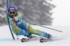 <p>La slovena Tina Maze supera una porta durante uno slalom gigante, Ofterschwang, Germania, 6 marzo 2009. REUTERS/Michael Dalder</p>