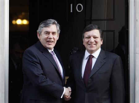 Prime Minister Gordon Brown (L) greets European Commission President Jose Manuel Barroso on the steps of 10 Downing Street in London March 16, 2009. REUTERS/Stephen Hird