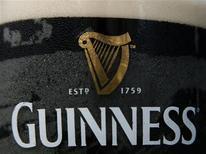 <p>Пинта пива Guinness в пабе в Лондоне 28 августа 2008 года. Британский премьер-министр Гордон Браун отверг рекомендацию министра здравоохранения Лиама Дональдсона по введению минимальной цены на алкоголь с целью снизить его чрезмерное потребление. REUTERS/Luke MacGregor</p>