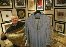 <p>Anthony Sabestinas of gottahaveit.com shows a blue jumpsuit and cape with gold lining that Elvis Presley wore at a Madison Square Garden performance, in New York March 16, 2009. REUTERS/Brendan McDermid</p>