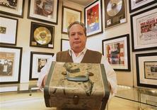 <p>Peter Siegel mostra uma caixa de Elvis Presley que será leiloada na internet. REUTERS/Brendan McDermid</p>