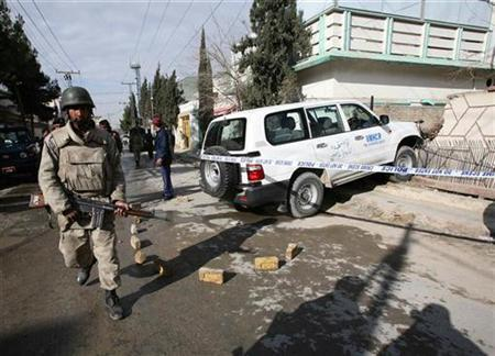 A paramilitary soldier keeps guard near the vehicle of an official of the United Nations High Commissioner for Refugees after a shooting and abduction in Quetta, February 2, 2009. REUTERS/Rizwan Saeed